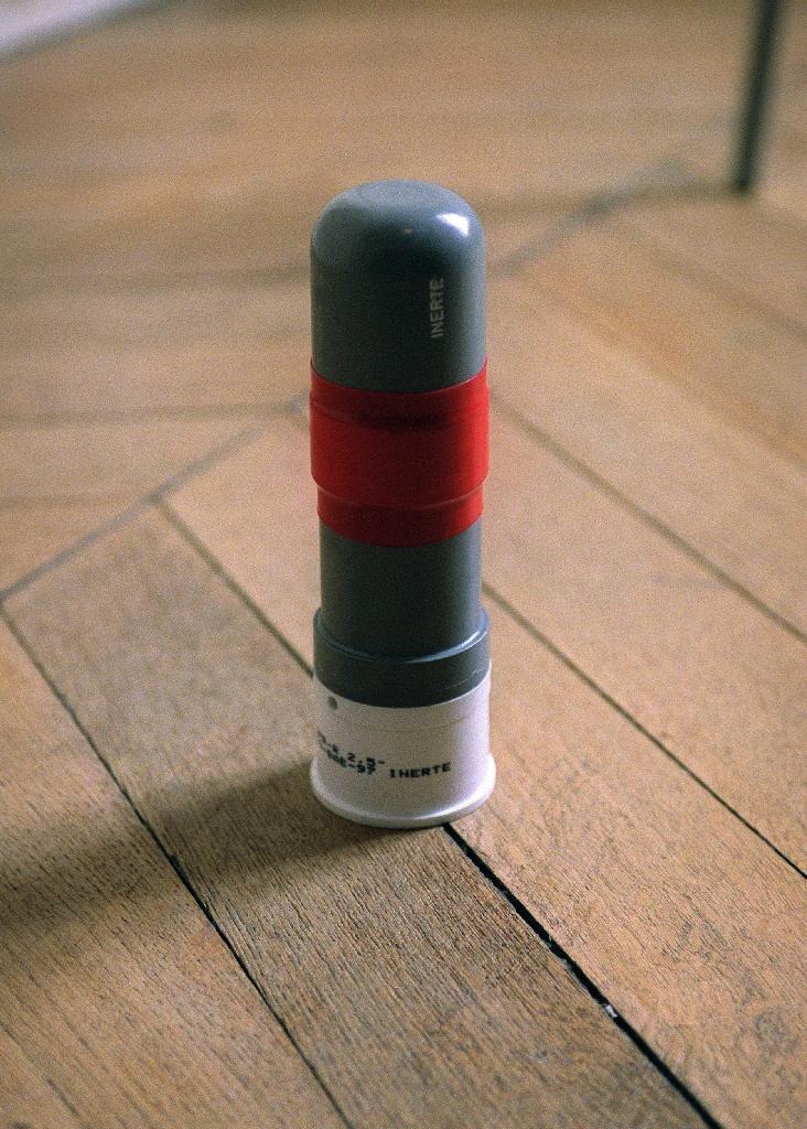 """Photo d'une grenade de désencerclement, projectile destiné à être lancé par un fusil """"cougar"""", prise le 9 décembre 2002 au château de Pomponne, siège de la compagnie républicaine de sécurité CRS4."""