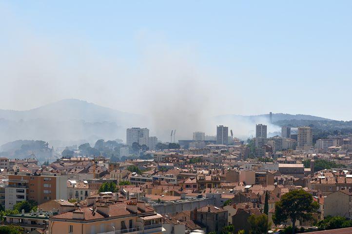 Un important panache de fumée à Toulon.