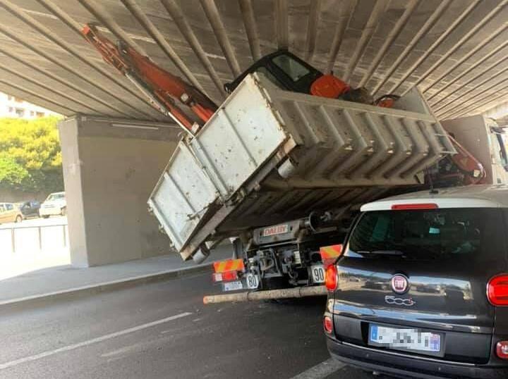 Le camion était trop haut, ou le pont trop bas...
