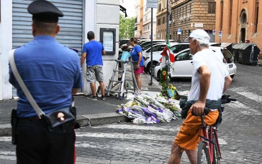 Sur les lieux du meurtre, des anonymes ont apporté des dizaines de bouquets de fleurs et de messages vendredi et samedi.