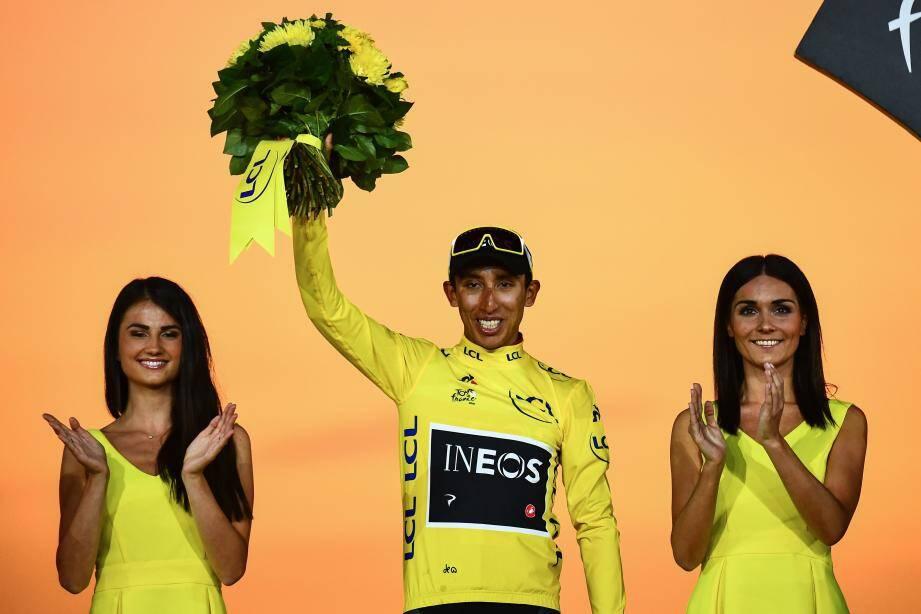 Selon la tradition, à la fin de chaque étape du Tour de France, les vainqueurs montent sur un podium et sont récompensés et embrassés par deux femmes.