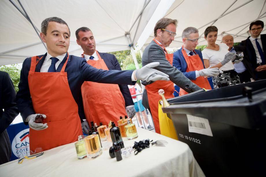 Le ministre de l'Action et des Comptes publics a détruit symboliquement des produits contrefaits, préalablement recyclés.