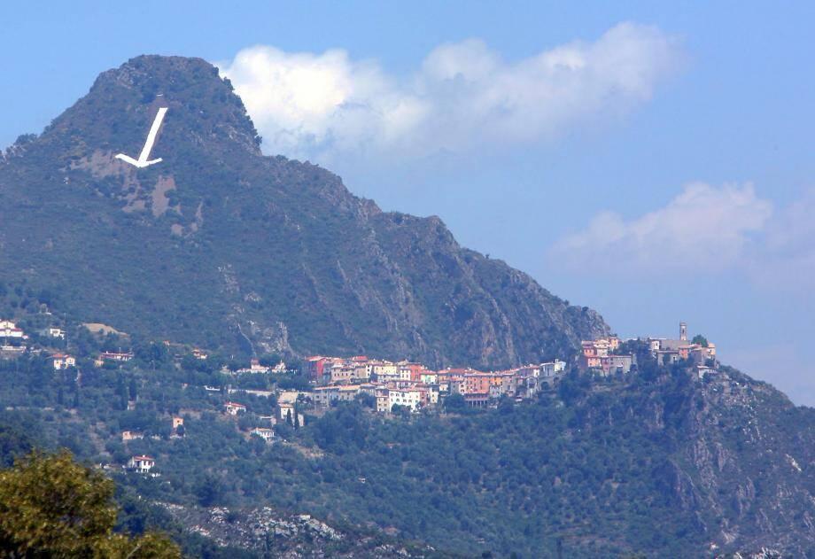 La flèche indique le village de Bonson.