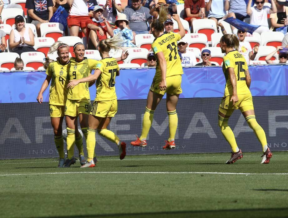 Scènes de joie sur le premier but suédois.