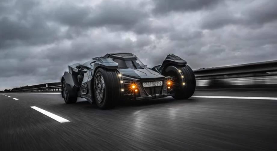 Ce samedi, le jeune YouTubeur Sébastien Delanney entamait un road-trip à bord de son bolide inspiré de celui de Batman quand il s'est fait violemment percuté par une Renault Scenic à Téteghem (Nord).