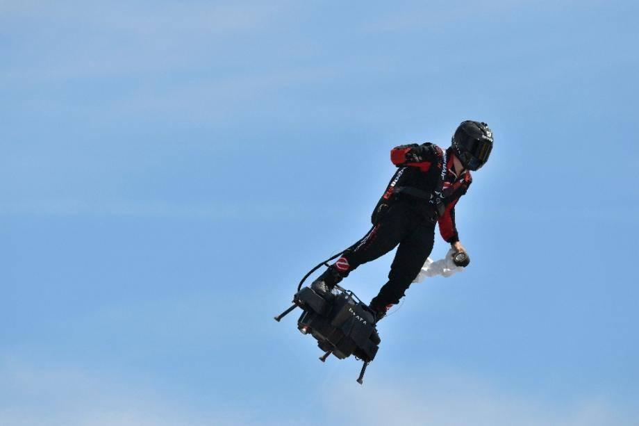 Franky Zapata sur son flyboard, le 23 juin 2019 sur le circuit Paul Ricard, au Castellet, dans le Var