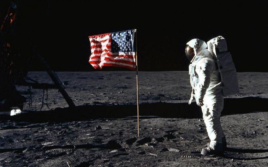 Neil Armstrong est le premier homme à avoir marché sur la lune.