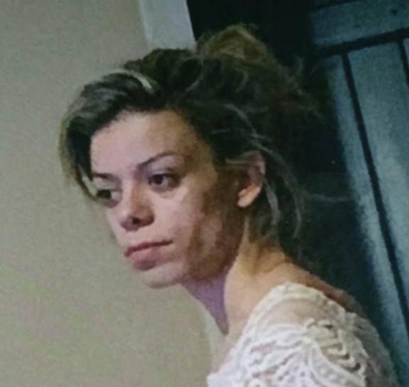 Staifia mesure 1,65m, la jeune fille serait vêtue d'une robe noire et d'une paire de sandales noires. Ses cheveux sont noirs avec des mèches blondes.