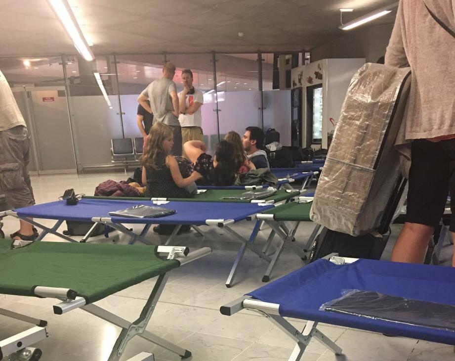400 passagers ont passé la nuit à l'aéroport.