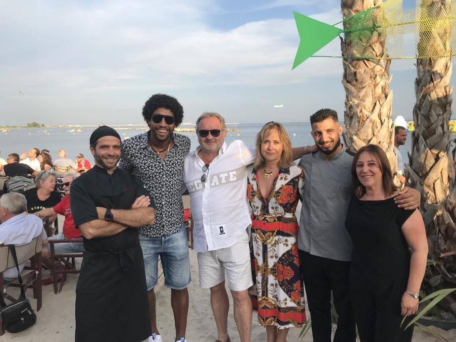 Gilles Pieri, son épouse Daniela, Dante, Francesco, Marco, ainsi que Cécilia: une équipe soudée sur la plage du Beach club : en route pour une nouvelle aventure.