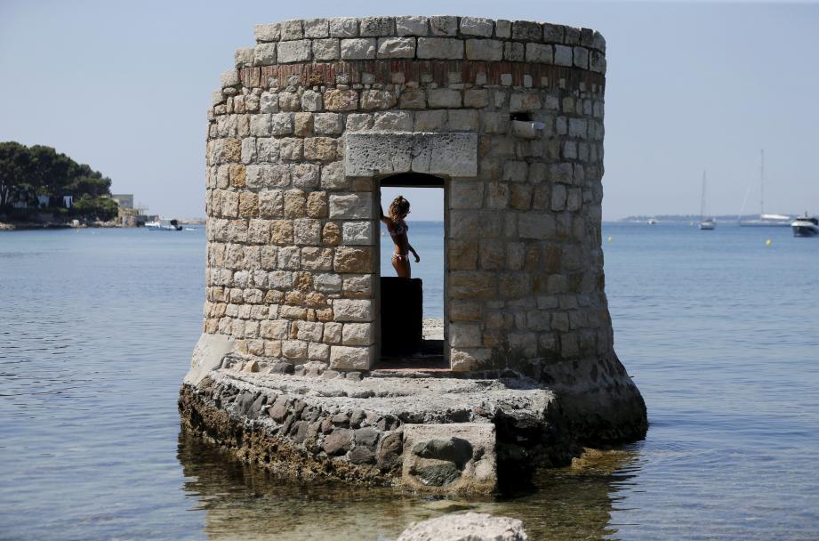 La fameuse tour Sarrazine qui repousse seulement... les rayons du soleil plage des Ondes à Antibes.
