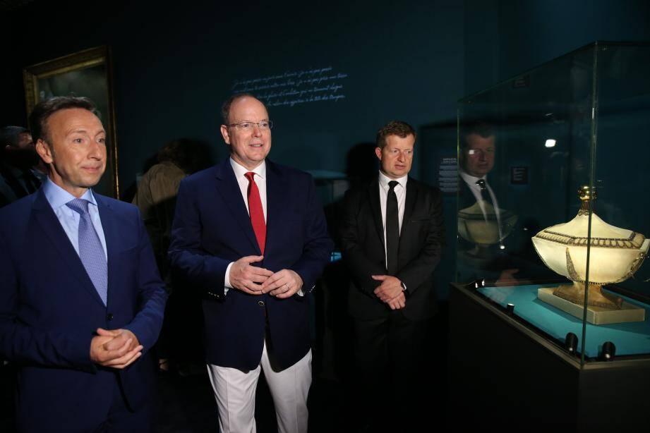 """Stéphane Bern (à gauche) aux côtés du prince Albert II et de Christophe Vachaudez, co-commissaire, lors du vernissage de l'exposition """"Chaumet en Majesté"""", ce jeudi."""