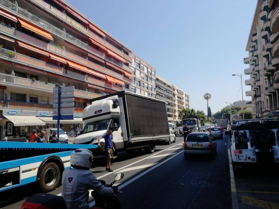 La dépanneuse a eu du mal à rejoindre le camion, puis s'est trouvée face à une situation compliquée pour réparer.