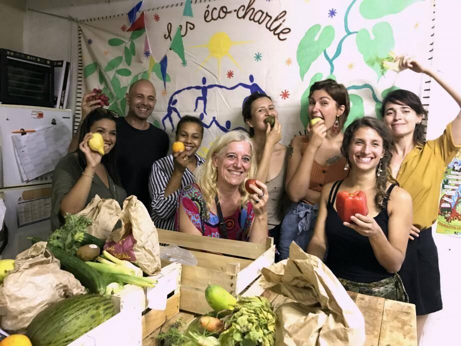 Les Eco-Charlie récoltent trois fois par semaine les invendus des magasins bio pour lutter contre le gaspillage alimentaire et permettre à ses bénévoles-bénéficiaires une alimentation saine et de qualité.
