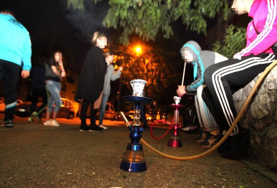 Des fumeurs de chicha à Carros, où le maire a pris un arrêté interdisant la consommation de narguilé dans les rues dès avril 2016.