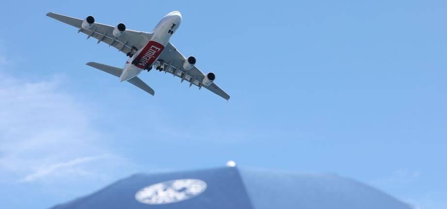 Un Airbus A380 d'Emirates passe au-dessus de la plage Blue Beach à Nice.