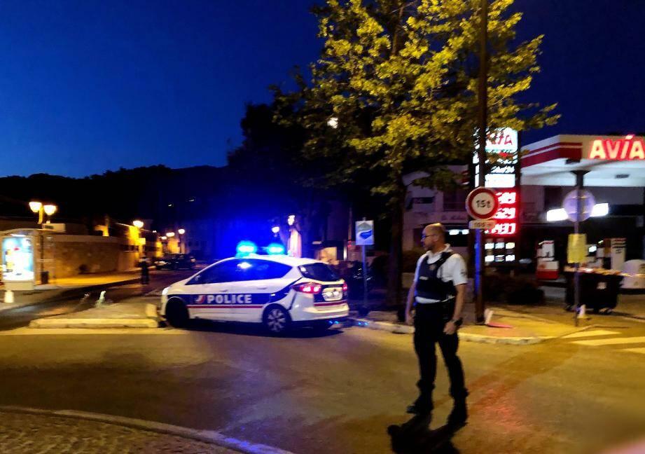 Ce dimanche soir, les policiers de l'identité judiciaire procédaient aux premières constatations, tandis que la circulation sur la RD11 avait été interrompue.