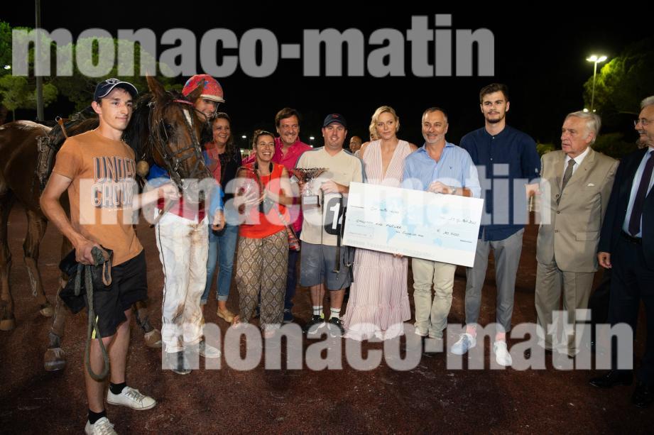 La princesse Charlène avec l'équipe gagnante: cheval, jockey et association.