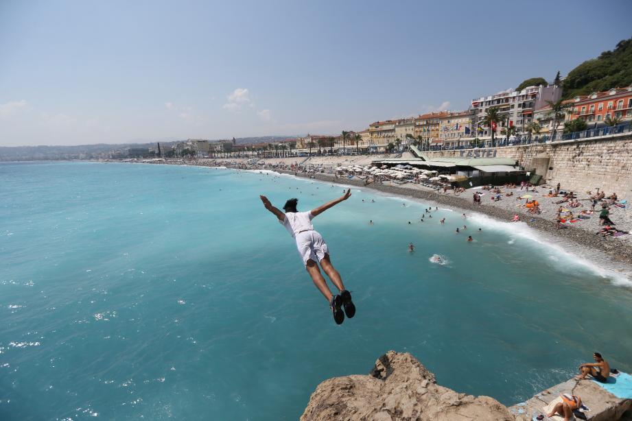 De nombreux baigneurs sautent des falaises des Bains de la Police à Nice.
