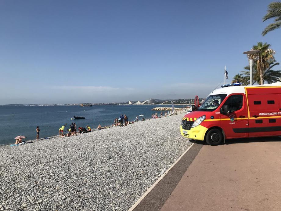 Les sapeurs-pompiers ont pris le relais des sauveteurs avat de transporter la victime vers l'hôpital.