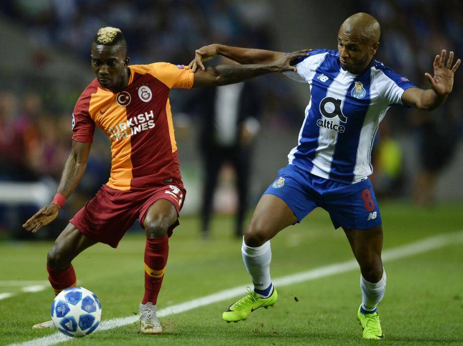Onyekuru à gauche avec le maillot de Galatasaray.