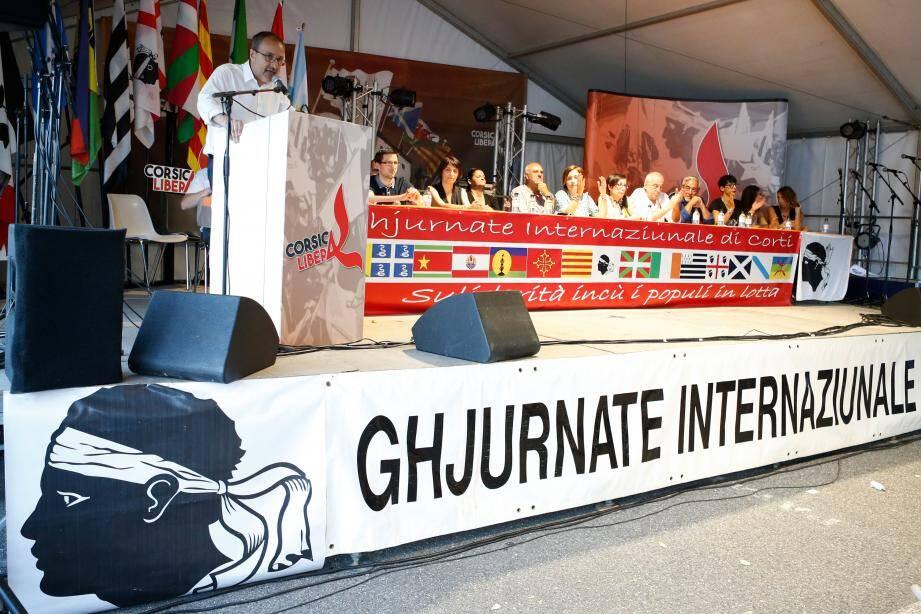Le président de l'assemblée de Corse Jean Guy Talamoni à la tribune, le dernier jour des journées internationales de Corte.