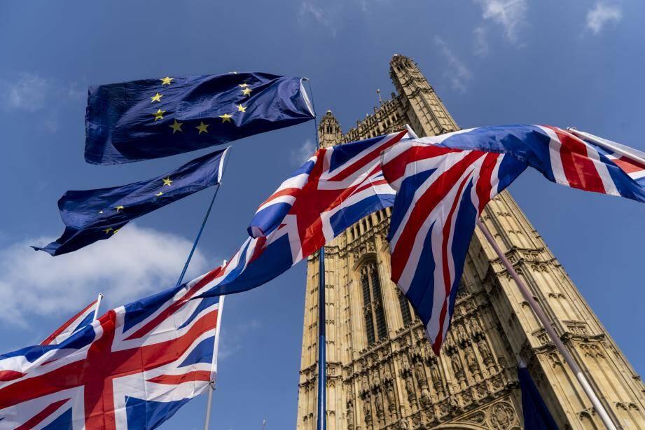 Le drapeau de la Grande-Bretagne et celui de l'Union Européenne devant le bâtiment du Parlement à Westminster.
