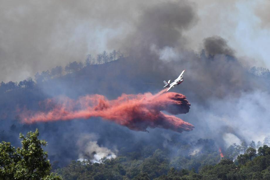 Illustration d'un avion Tracker en action, ici sur l'incendie de Bormes, en juillet 2017.