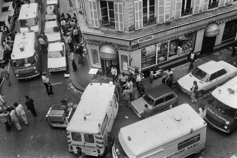 Une vue des secours sur le site de l'attentat de la rue des Rosiers à Paris le 9 août 1982. Six personnes avaient été tuées, 22 blessées.