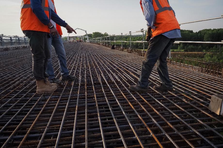 Des ouvriers travaillent sur le viaduc de Langeais sur l'autoroute A85, dans le centre-ouest de la France, le 18 juillet 2019