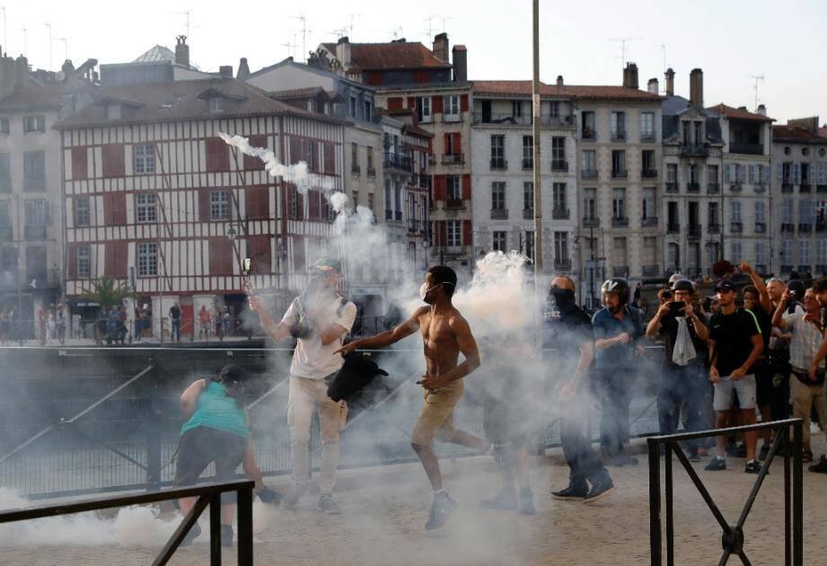 Des manifestants dans les rues de Bayonne, le 24 août 2019, en marge du sommet annuel du G7, qui se tient dans la ville de Biarritz, à quelques kilomètres de là.