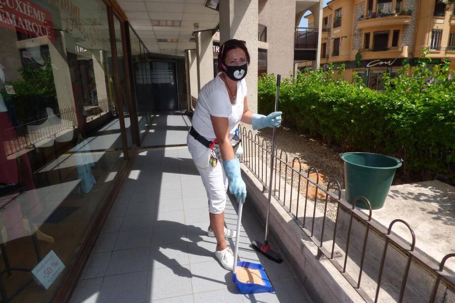 """La gardienne de la résidence """"Villa Renoir"""" est obligée de porter un masque quand elle nettoie la galerie après les nuits que les SDF passent dans sa coursive d'entrée."""