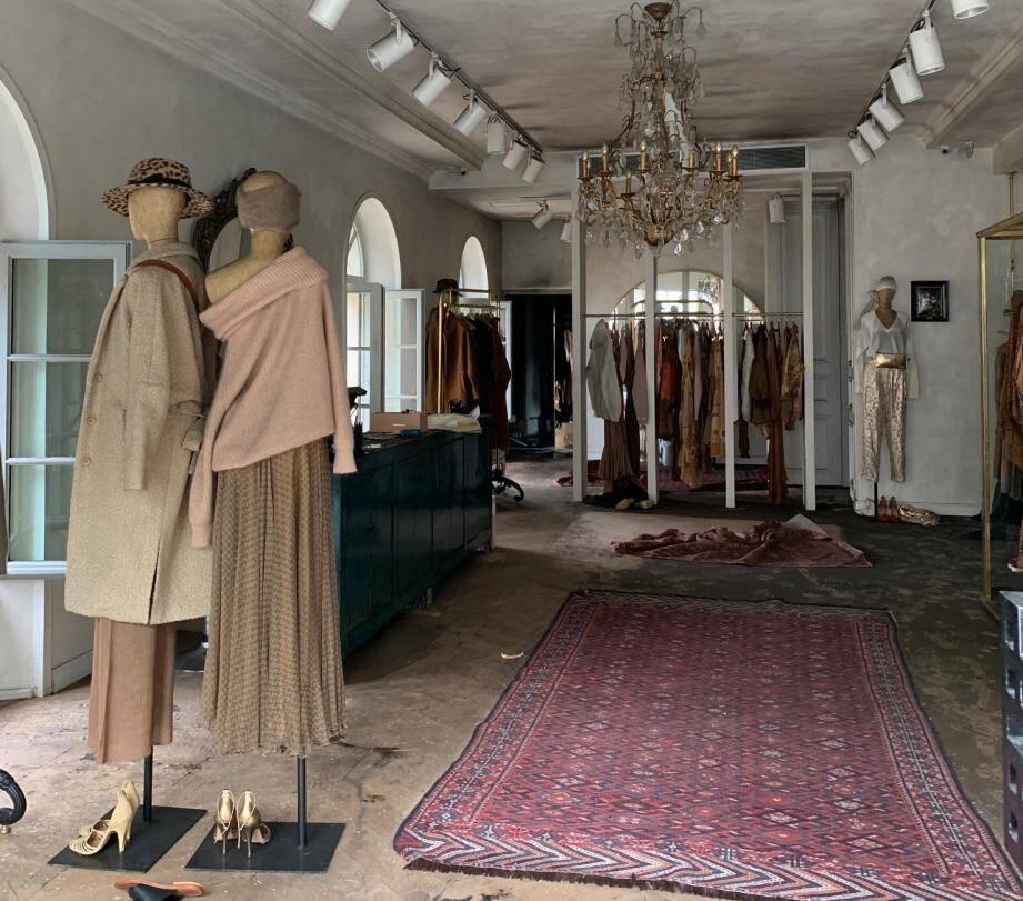 Si le sinistre est resté confiné dans l'arrière-boutique, les fumées ont largement endommagé le magasin, et notamment les plafonds.