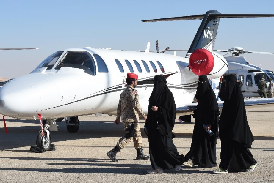 Des Saoudiennes visitent un salon de l'aviation à l'aéroport de Thumamah.