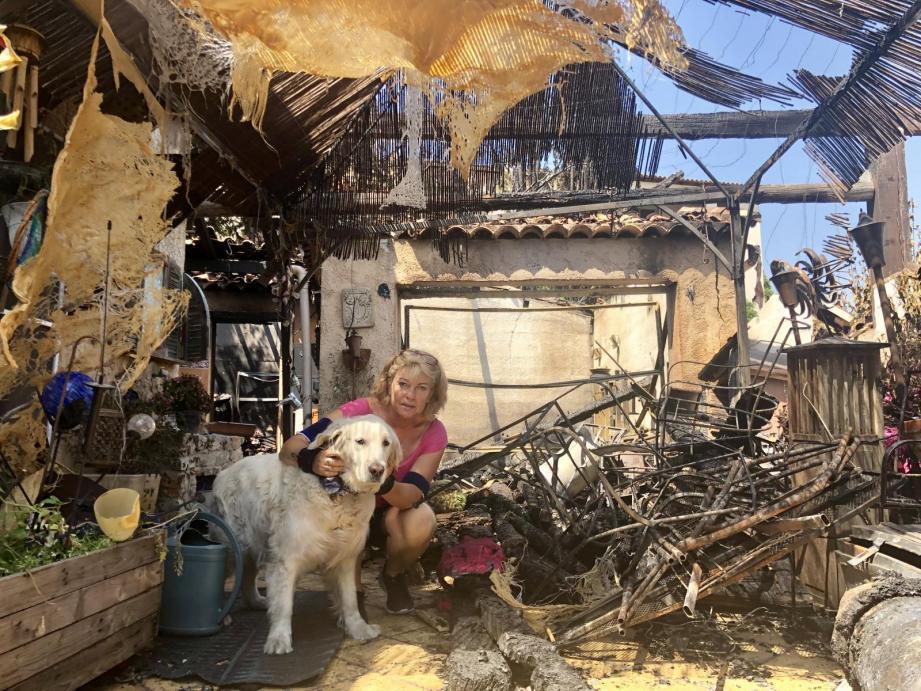 Mireille Beau dans son jardin dévasté par les flammes mi-juin.