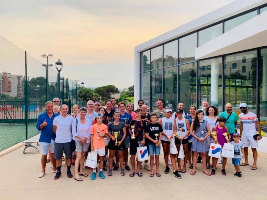 Une partie des 400 participants au 2e Open de tennis de Montfleury avec certains vainqueurs.DR