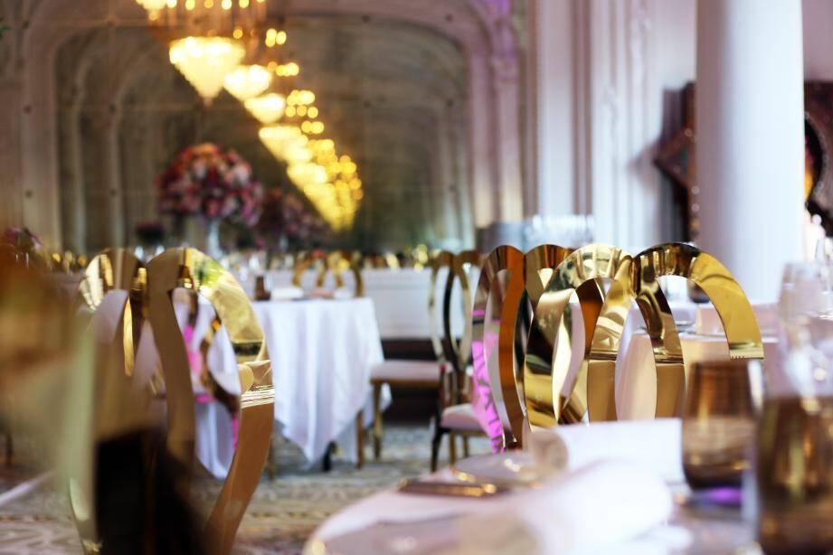 Dans le décor Belle Epoque du salon Excelsior, l'atmosphère orientale a été insufflée pour servir les fameuses rondes de mezze.
