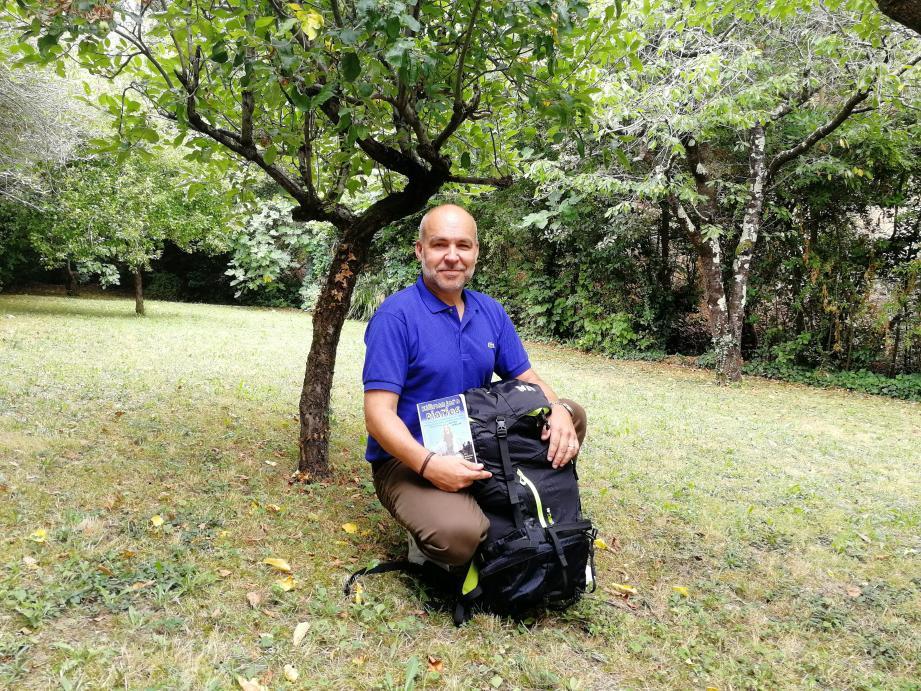 Son sac à dos est prêt, tout comme son livre de chevet : Kilimanjaro diaries. Le journal de bord d'une Allemande ayant réalisé cette ascension.