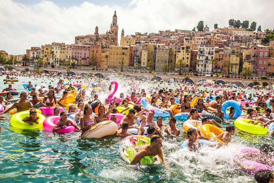 L'an passé, 500 jeunes s'étaient parés de leur maillot de bain et de leur bouée pour investir le dancefloor aquatique et coloré de la baie des Sablettes.(DR)