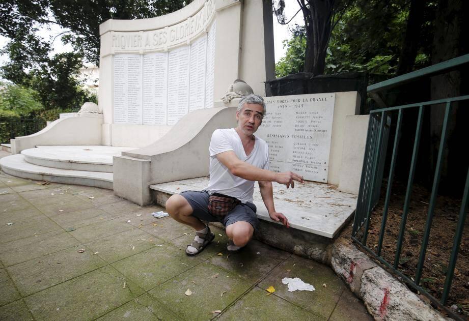 Alors qu'il était assis au pied du monument aux Morts, vers minuit, cet habitant de Riquier a été griffé et mordu par un rat.