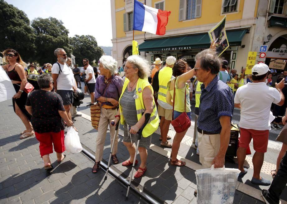 Samedi, des « gilets jaunes » ont procédé à une « reconstitution » des faits au cours desquels Geneviève Legay a été grièvement blessée.