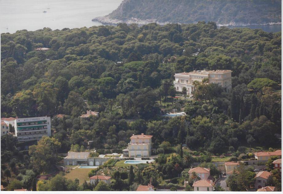 La villa Les Cèdres (à droite) est située 57, avenue Albert-Ier, au lieu-dit « Petit cap Ferrat ».