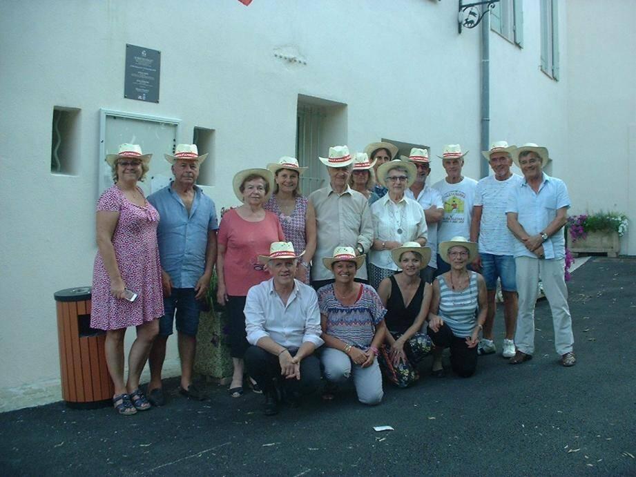 Les participants ont reçu un magnifique chapeau de paille personnalisé, offert par Christine Devic qui tient avec son époux Pascal, de la boutique Adéquate au cœur du hameau.