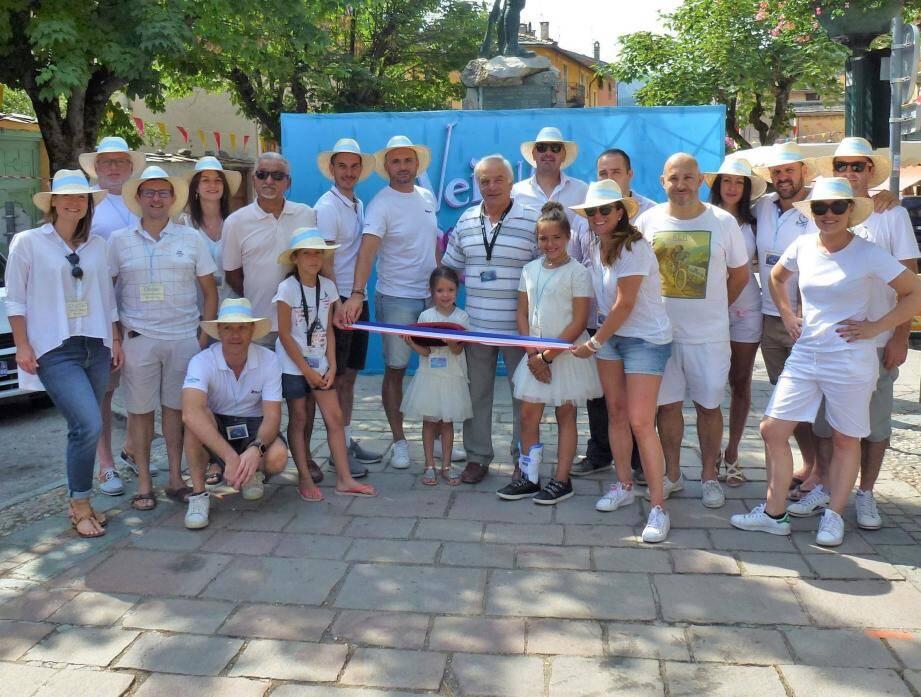 Les bénévoles de l'association et les restaurateurs ont invité le maire pour inaugurer l'ouverture du salon.