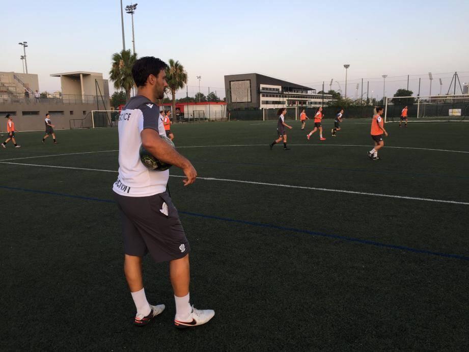 Matthieu Esposito attentif devant la première conservation de balles de ses joueuses.