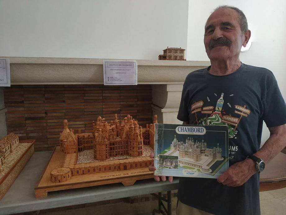 L'artiste se base sur des ouvrages pour réaliser des maquettes en allumettes, à l'échelle 1/250.