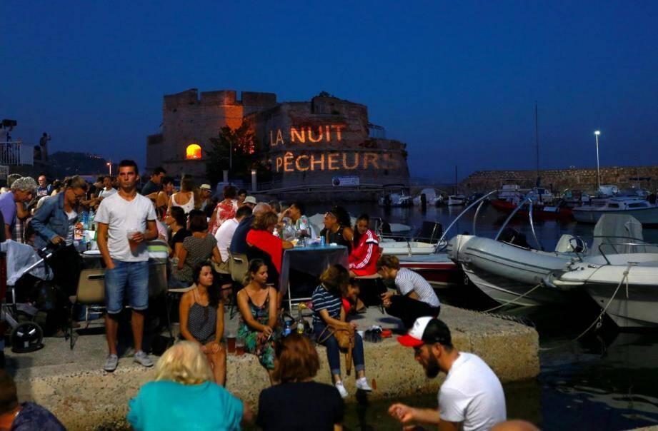Mille cinq cents chaises devraient être installées ce soir au petit port du Mourillon.