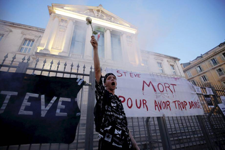 Slogans rageurs aux portes du palais de justice de Nice, hier soir.