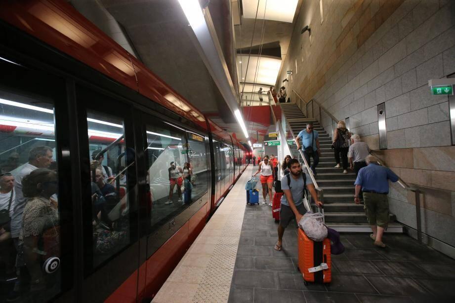 En journée, une rame toutes les six minutes environ circule actuellement sur la ligne 2.