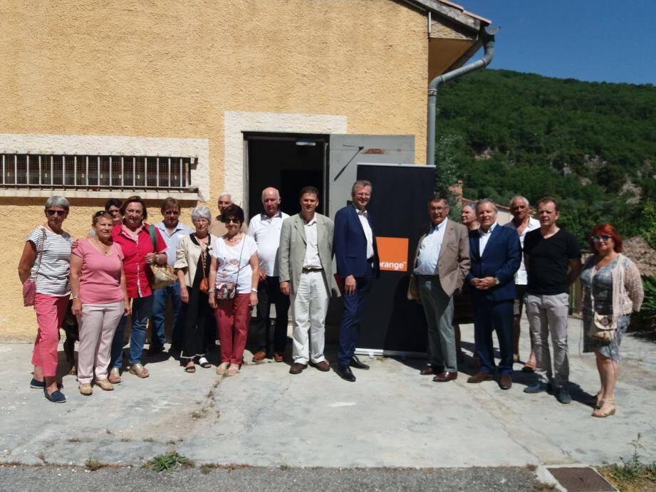 Le maire, Jean-Pierre Mascarelli, et Laurent Londeix, délégué régional d'Orange, se félicitent de la mise en service de « l'opticalisation du nœud de raccordement d'abonnés de la commune ».(DR)